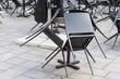 Stühle in einem geschlossenen Cafe
