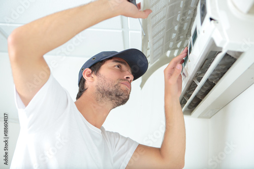 checking the airconditioning unit Fototapet