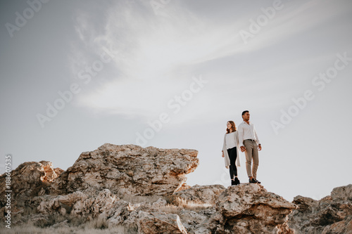 Photo  Loving couple standing up on rocky cliffs
