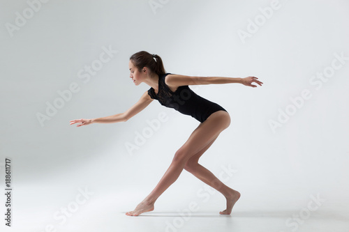 Photographie young beautiful woman dancer