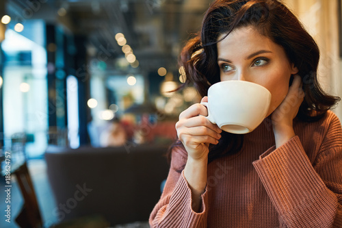 Foto woman drinking coffee in a cafe