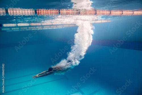 Fotografia underwater picture of male swimmer swimming i swimming pool