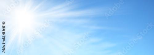 Fotografía  Sole splendente nel cielo azzurro