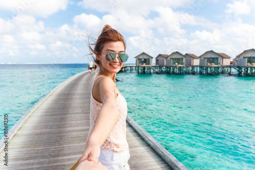 Fotomural Woman holding hand at Maldives.