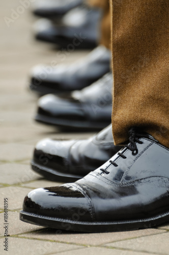 Fotografía  Soldiers in uniform with highly polished shoes