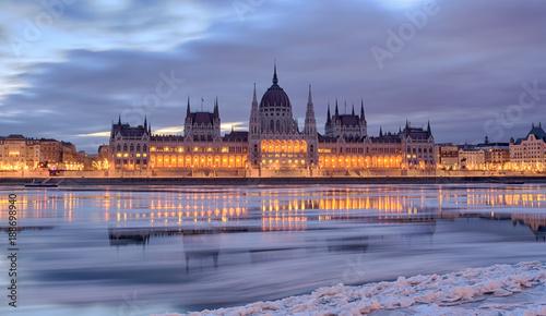 Fotografia  Winter twilight view of Budapest Parliament building over frozen Danube river