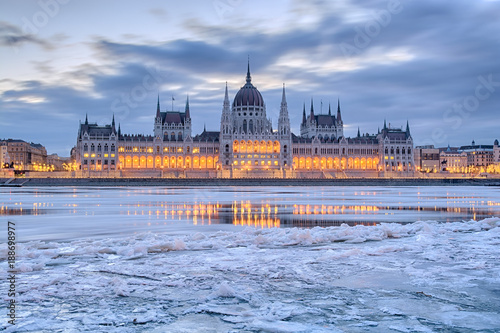 Fotobehang Boedapest Winter twilight view of Budapest Parliament building over frozen Danube river