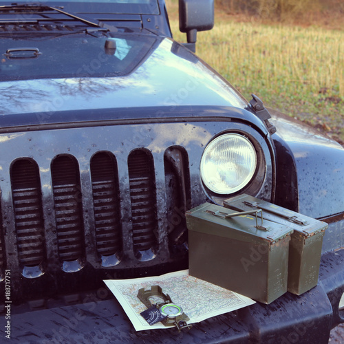 Fotomural Prepper - Survival - Bushcraft und Jeep