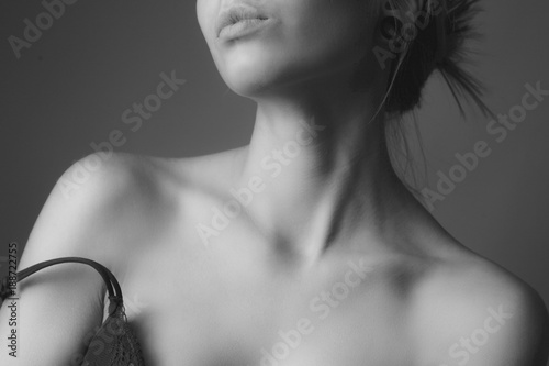 Fotografia Shoulders and neck of a beautiful woman. Black and white