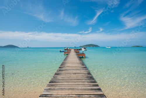 Naklejka premium Drewniane molo z łodzi w Phuket, Tajlandia. Koncepcja lata, podróży, wakacji i wakacji.