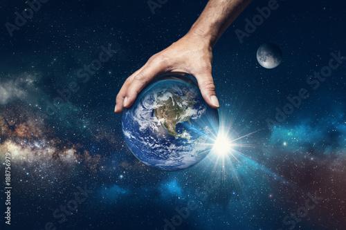 Photo Hand holding the world