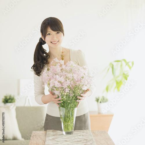 花の手入れをする女性