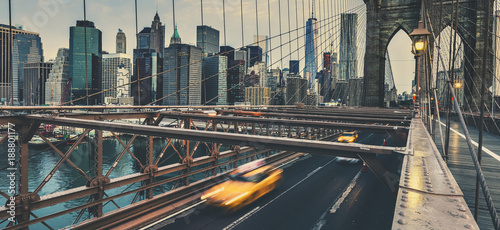 Tuinposter New York TAXI Brooklyn Bridge in NYC