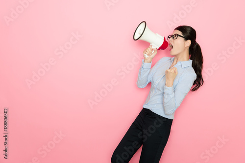 Fotografia  attractive girl office leader using loudspeaker