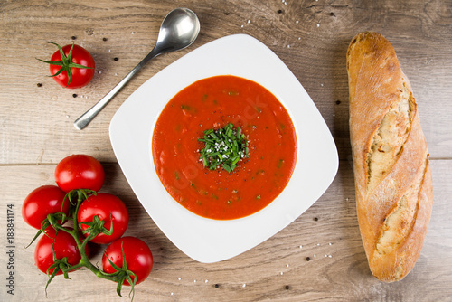 Obraz na plátně Frische Tomatensuppe mit Baguette