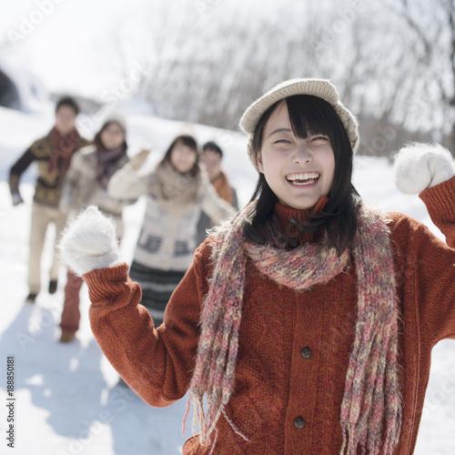 雪道ではしゃぐ若者たち