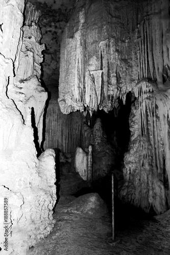 czarno-bialy-widok-jaskini-nietoperza-ze-stalagmitami-i-stalaktytami