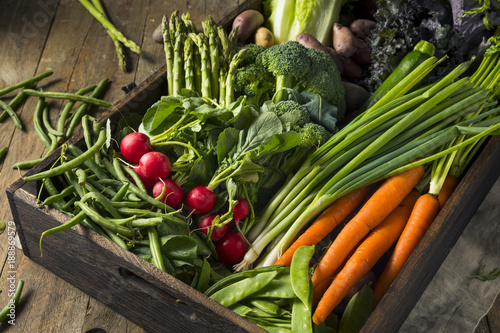 Obraz Raw Organic Spring Farmers Market Box - fototapety do salonu