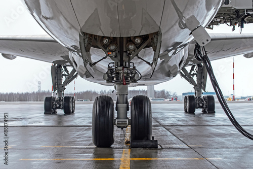 Türaufkleber Flugzeug Landing gear and aircraft wheels parked at the airport, with basic power supply.