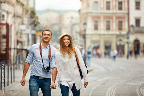 Fototapeta Travel. Tourist Couple Traveling, Walking On Street obraz