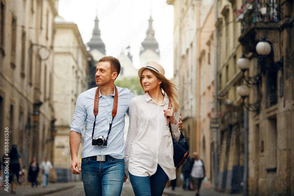 Fototapeta Travel. Tourist Couple Traveling, Walking On Street