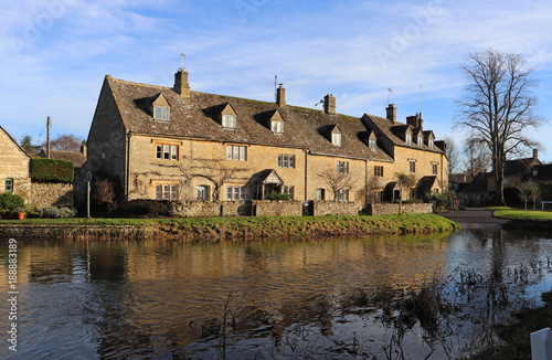 Fotografía LOWER SLAUGHTER, UK - Picturesque Scene of Cottages in Lower Slaughter, Cotswold
