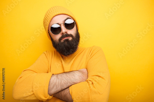 Fotomural Cool bearded man in sunglasses