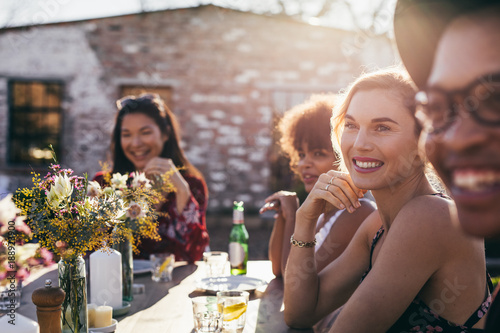 Fotografía  Beautiful young woman having party with friends