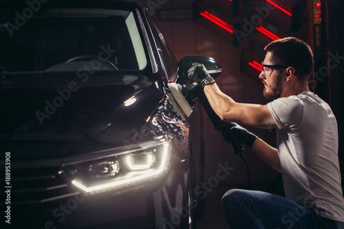Fotografía Car polish wax. worker hands holding a polisher and polish car