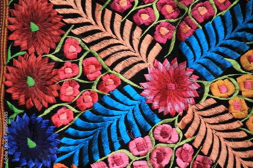 Tuinposter Bloemen Detalle tela bordada mexicana