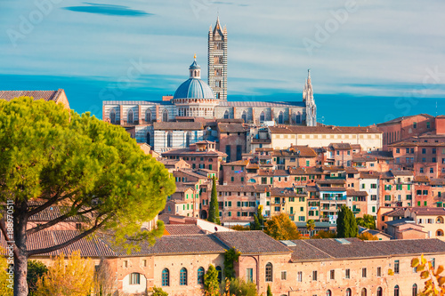 Fotografia Beautiful view of Dome and campanile of Siena Cathedral, Duomo di Siena, and Old