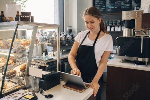 Photo  Portrait of young caucasian female woman cashier