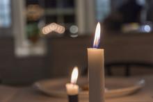 Rund Julljusstake Lyser Med Sina Fyra Tända Ljus På Julbordet