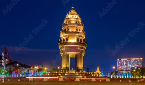 Fotomural The Cambodia Independence Monument illuminated at night in downtown Phnom Penh