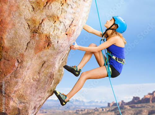 Photo Rock climber trying to reach top of the mountains