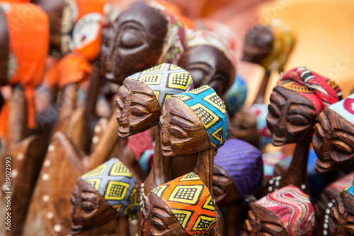 In de dag Afrika African carved group of women