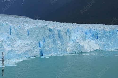 Foto  Perito Moreno glacier view, beautiful blue ice wall, Calafate, Patagonia, Argent