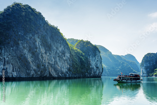 Photo  Tourist boat in the Ha Long Bay, the South China Sea, Vietnam