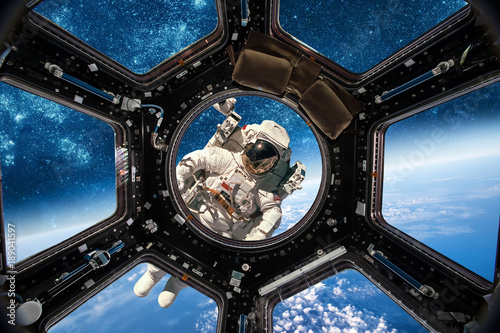 Montage in der Fensternische Nasa Astronaut in outer space