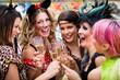 canvas print picture - Frauen an Weiberfastnacht im Fasching stoßen mit Sekt an
