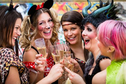 Staande foto Carnaval Frauen an Weiberfastnacht im Fasching stoßen mit Sekt an