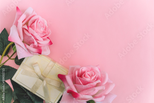 Fotografia  top view of roses and gift box  a pink background copy space