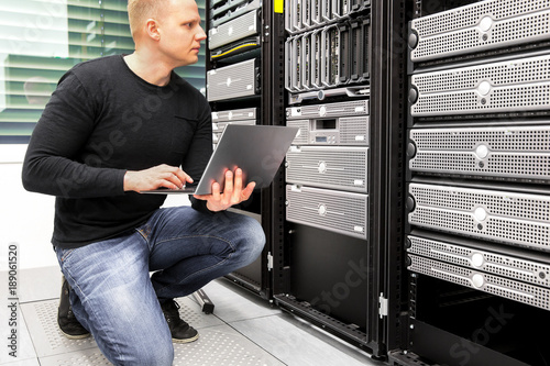 Fotografía  Consultant With Laptop Monitoring Servers In Datacenter