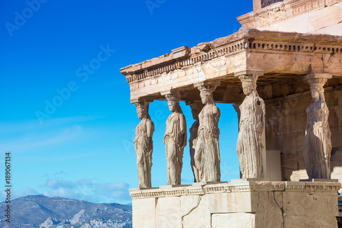 Photo Karyatides statues, Erehtheio, on the Acropolis in Athens, Greece