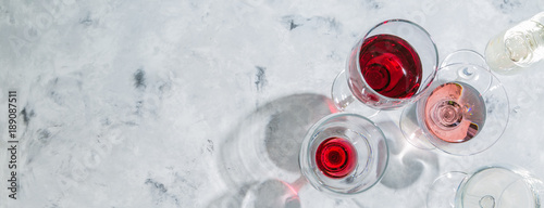Fotografía  Wine tasting concept - glass with different wine on marble background