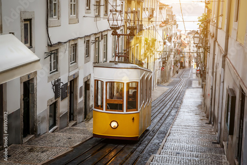 Canvas Print The Gloria Funicular in the city center of Lisbon in a beautiful summer day, Por