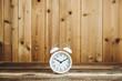 目覚まし時計 木目の壁
