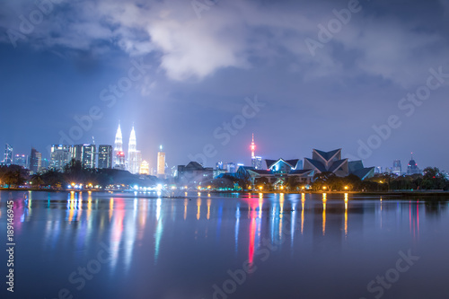 Photo Stands modern buildings near water in modern city