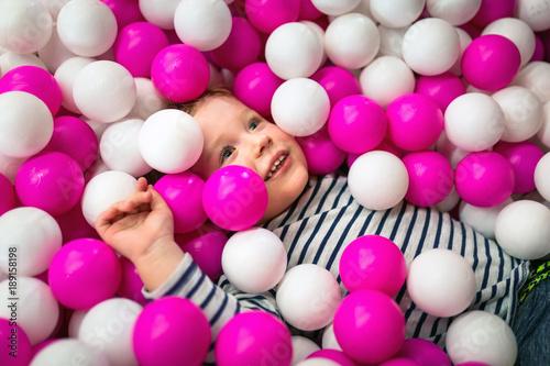 Chłopiec ma zabawę przy boiskiem