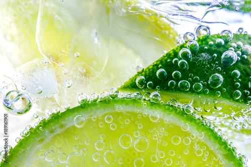 Plakaty ze zdjęć  cytryna-w-gazowanej-wodzie